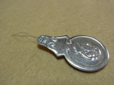 針穴に簡単に糸を通す道具です。全長5㎝ほどで先端は、ひし形の細いワイヤーになっています。