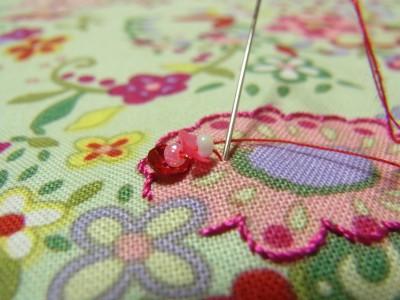 刺し終わりのビーズの糸部分に針を落とします。