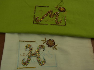 MとKのイニシャルの刺繍が出来上がり、囲みの部分を刺しています。