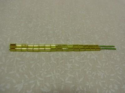 16粒の竹ビーズを、2本の図案線に刺しています。