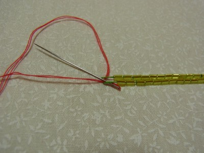 もう一方の糸も、中心から外側に向けて下からすくいます。
