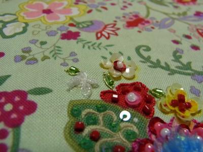 オーガンジーリボンを三つ折りにして作った、白くてふわふわした小花と、スパンコールで作った小花が並んでいます。