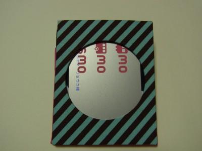 反対側は、中心の円形からカードが見えています。
