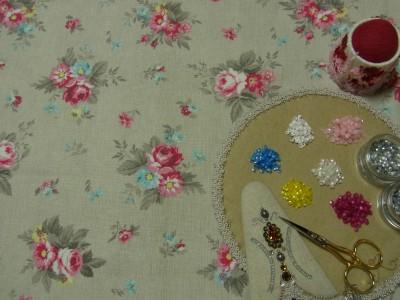 グレーの生地に、様々なバラの模様があります。