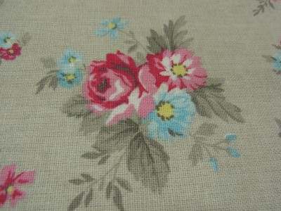 ピンクのバラと小花のブーケ模様があります。