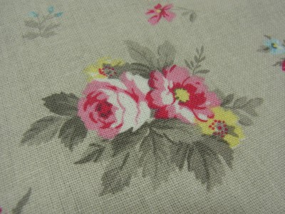 3種の小花のブーケ模様があります。