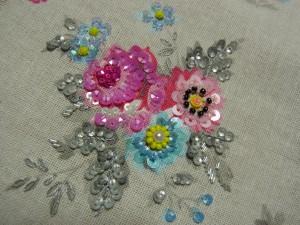 ピンクの薔薇とブルーの小花に刺しています。葉にはレーヨン糸で刺繍をしています。