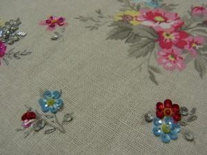2種類の小花模様に刺しています。使っている材料は、3㎜フラット型スパンコール、3㎜、4㎜カップ型スパンコール、丸小ビーズです。