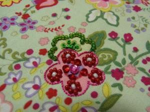 ピンクとグリーンの花の刺繍が完成しています。