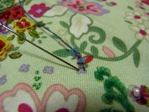3㎜カップ型スパンコールとビーズを使って、紫の小花を刺しています。
