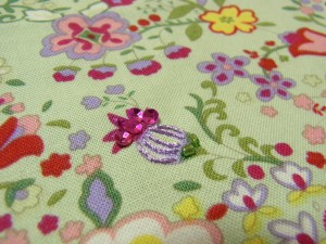 パイナップルの花の刺繍が完成しています。