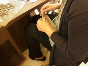 刺繍をする時に、スパンコールやビーズなどの材料を置くマットを制作中。周囲をボタンホールステッチしています。