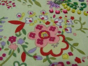 ピンクと赤い花の周りに、白くて可愛い小花があります。大きいピンクの花の中に小花があるのがポイントです。