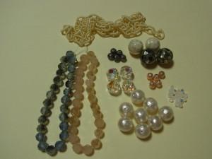 購入した材料です。エアリーチェーン、ガラスビーズ、メタルビーズ(シルバー、ピンクゴールド)、クリスタル、シェル、コットンパール、ホワイトオパールです。