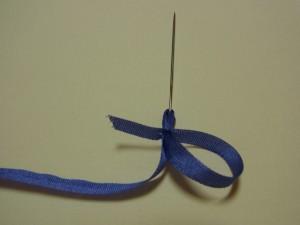 斜めにカットしている部分を押さえながら、もう片方の手で針を、ゆっくり抜いていきます。
