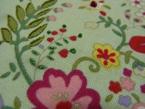 糸で刺繍をします。ストレートSは小さい葉。アウトラインSは大きい葉。ナッツSはハート型の小さい葉に刺しています。