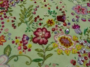 白とピンク縁取りの花模様が完成しました。周りの小花模様も可愛いく刺せています。