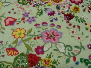4つの花(ピンク、黄色、白、横向きの花)が繋がって、ひとつの花模様になっています。