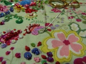 巻いた部分を手で押さえながら、ゆっくりと糸を抜き手前に引き寄せます。形を整えて針を落とします。