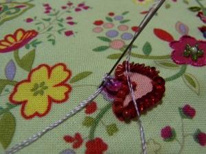 針を抜きながら、巻いた糸を引いて締めていきます