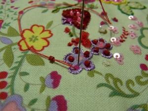 紫の小花に刺しています。こちらは外から中心に向かって刺します