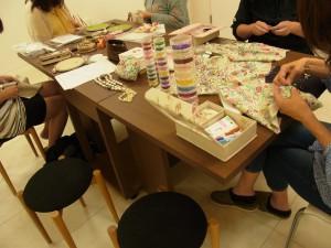 目白校のレッスン風景です。5名の方が、ビーズ刺繍の課題に取り組んでいます。