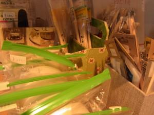カルトナージュ制作に、欠かせない道具も販売しています。ハケ、水貼りテープ、はさみなどです。