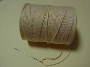 キャンバス等の極厚地用補修用針(全長6㎝)とタコ糸があります。