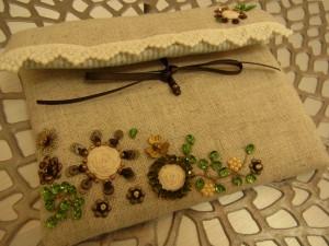 前回の課題'小物入れ'が完成いたしました。紐をグルグルに巻きにし、その周りにビーズとスパンコールを刺した花があります。綺麗に刺せています。