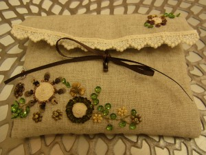 前回の課題'小物入れ'が完成いたしました。同じく紐を使ったグルグル巻きの花があります。こちらも綺麗に刺せています。ナチュラル感がいいですね!