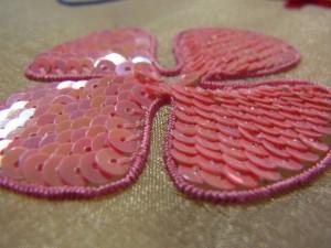 4枚の花びらにスパンコールの刺繍が完成しています。