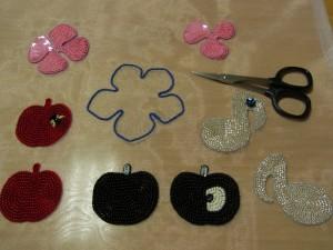 全ての刺繍が終わったので、木枠から生地を外してあります。りんご、音符、花をカットします