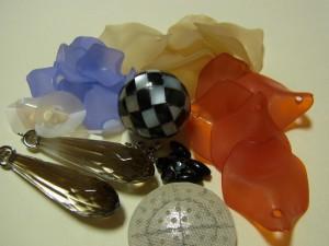 樹脂で出来ている花びらが3色と、シェル、金具、プラスチックの飾りがあります。