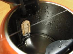 ポットから出る蒸気にテグスを、あてて直線に延ばしていきます。