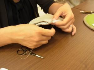 こちらも、小物入れの刺繍が終わったので、仕立てに取りかかっています!やはり丁寧にチクチク!